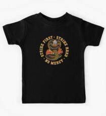 Cobra kai - Streik erste - Streik schwer - keine Gnade HD Logo Kinder T-Shirt