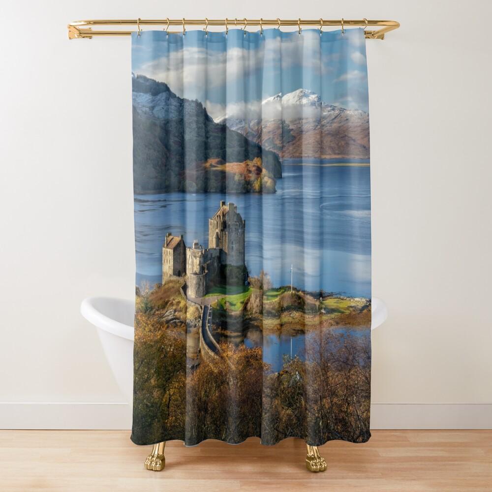 Eilean Donan Castle und Isle of Skye. Spätherbst. Dornie. Schottland. Duschvorhang