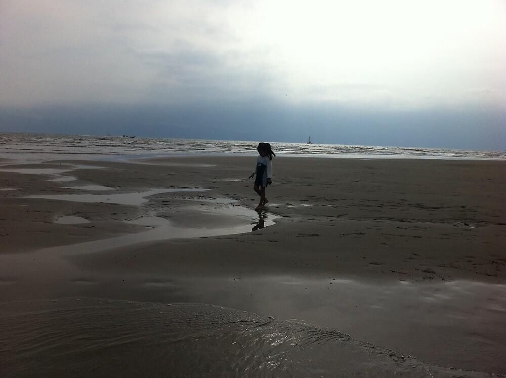 Un paseo por la playa. by arturosamano