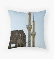 Yanılgı Throw Pillow