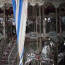 Karussell mit einem gestreiften Vorhang von kennasato