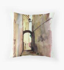 Un callejón en Genova Throw Pillow