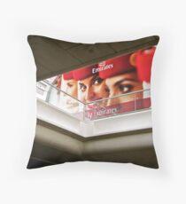 fly emirates Throw Pillow